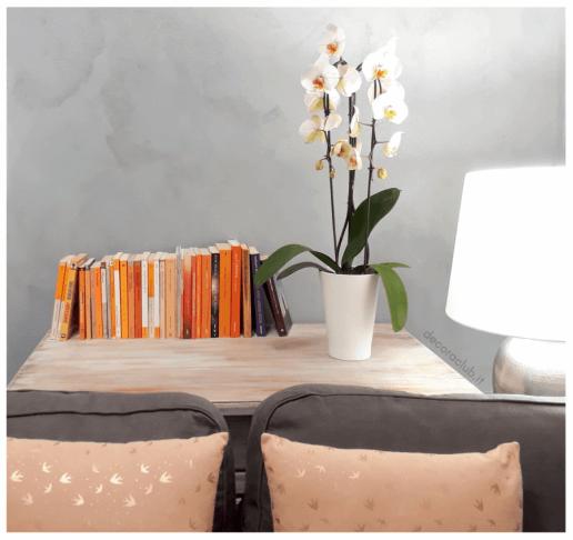 libri e orchidea su mobile
