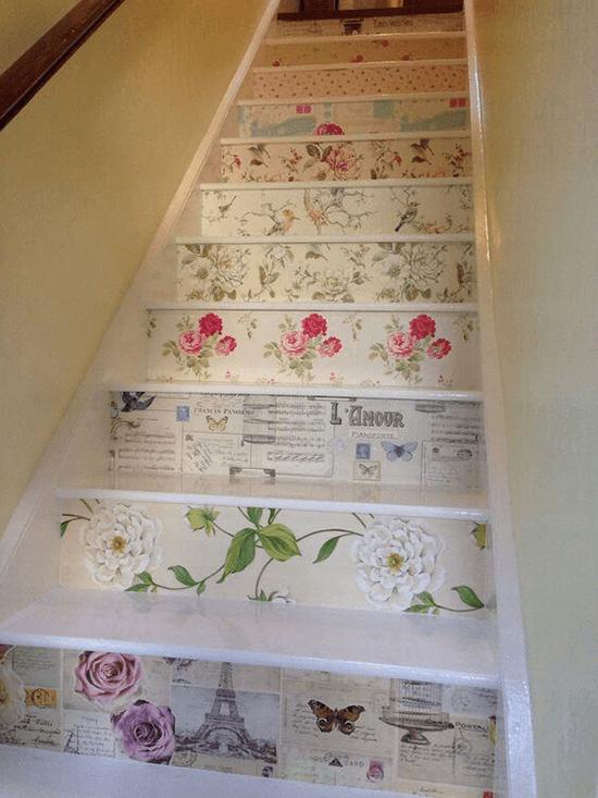 gradini decorati con carta da parati