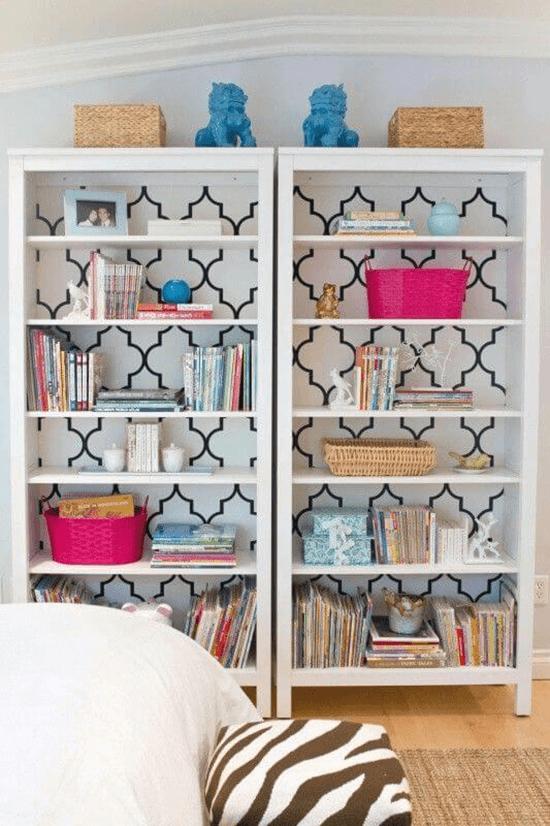 libreria decorata con carta da parati