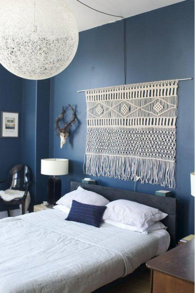 camera da letto stile boho chic con pannello macrame sulla parete